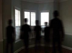 + - Eles não são fantasmas e nem seres humanos… Eles são comumente conhecidos como o 'povo sobra' (shadow people), ou 'seres sombra'. Eles parecem estar cientes da nossa presença, e na verdade parecem que querem nos fazer sentir relutantes, amedrontados, ou até mesmo entrar em pânico perante sua presença. A documentação destes eventos adversos …