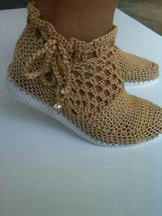 zapatos tejidos - Buscar con Google Crochet Boots, Chunky Crochet, Crochet Clothes, Knit Crochet, Decorating Flip Flops, Crochet Slipper Pattern, Crochet Barefoot Sandals, Smocking Patterns, Crochet Bikini Top