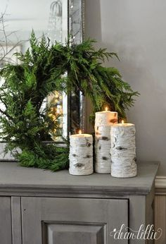 Christmas winter decor: place birch candles around the house. Simple green wreath and birch candles on a side table for an easy and fresh holiday decor idea. Natal Natural, Navidad Natural, After Christmas, Noel Christmas, Christmas Wreaths, Christmas Candles, Christmas Cactus, Christmas Place, Christmas Lights