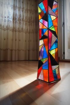 Pintura Vitral Jarrón--I really want to do one of these for my family room! Modern Stained Glass, Stained Glass Light, Stained Glass Designs, Stained Glass Panels, Stained Glass Projects, Stained Glass Patterns, Stained Glass Floor Lamp, Mosaic Art, Mosaic Glass