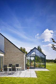 Schüco udestue med tagopluk Outdoor Garden Rooms, Outdoor Gardens, Outdoor Decor, Earthship, Luz Solar, Casas The Sims 4, Home Greenhouse, Glass Office, Modern Garden Design