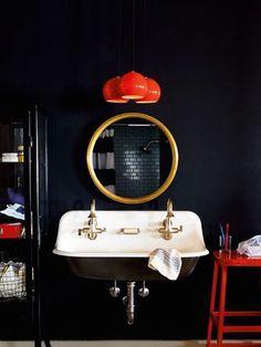miroir-de-sorcière-définition-au-dessus-d-un-lavabo-rétro-vintage-salle-de-bain. Bad Inspiration, Bathroom Inspiration, Interior Inspiration, Home Design Decor, House Design, Home Decor, Design Ideas, Black Feature Wall, Feature Walls