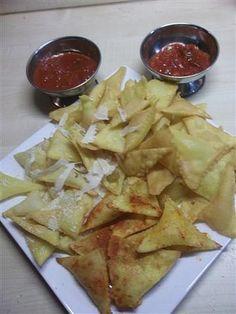 Z ingrediencí zpracujeme těsto. Jak na bramborový knedlík :D Válíme na placku a vykrajujeme tvar jaký chceme, tradiční tvar jsou trojúhelníky....