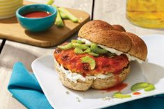 Les accompagnements classiques d'ailes Buffalo, soit le fromage bleu, le céleri et la sauce piquante, transforment ces burgers de poulet en un plat qui régalera toute la maisonnée!