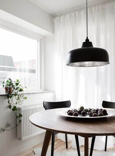 Lovely Apartments styled by Swede Daniella Witte - Nordic Design Dining Room Design, Dining Room Chairs, Dining Room Furniture, Danish Furniture, Beautiful Interior Design, Beautiful Interiors, Scandinavian Dining Table, Scandinavian Kitchen, Kitchen Modern