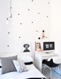 Home-office-zinho aproveitando o canto do quarto...