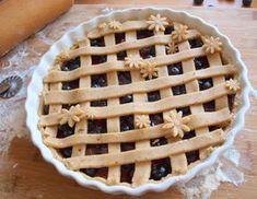Linecký koláč je tradičním rakouským moučníkem. Křehké těsto obsahuje lískové oříšky, koláč se obvykle plní marmeládou a jeho povrch je zdoben mřížkou. Zde máte recept na jeho borůvkovou variantu. Koláč je opravdu vynikající a zmizí dříve než si myslíte! :) Na větší koláčovou formu si připravte: 100g cukru 175g másla 1 žloutek lžičku vanilkového extraktu …