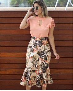 A imagem pode conter: 1 pessoa, em pé in 2019 Modest Wear, Fashion To Figure, Crepe Fabric, Western Dresses, Beautiful Blouses, Skirt Outfits, Fashion 2020, Plus Size Outfits, Fashion Beauty