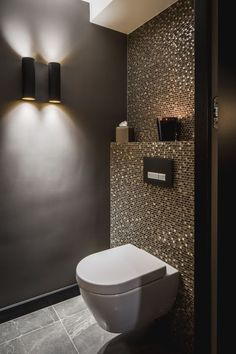 Luxury bathrooms 776167317016300337 - Pintogopin Club – Pintogopin Club Mode – Fashion Badewanne Fliesen Luxus Idee Gäste Wc Mosaik Glimmer Dunkle Wände Schimmer Glas Gold – Today Pin Source by Bathroom Interior Design, Bathroom Styling, Modern Interior Design, Bathroom Lighting, Interior Lighting Design, Modern Toilet Design, Spa Interior, Closet Lighting, Gold Interior