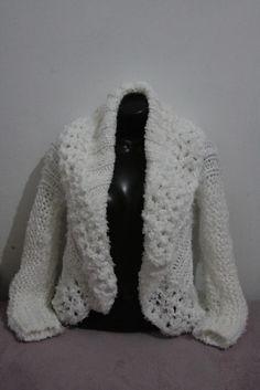 Casaco trabalhado  em trico , varios fios de lã branco .Adapta-se ao corpo . Modelo redondo. R$150,00