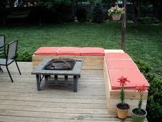 More DIY pallet patio furniture. Love this. Also can put planters in corner and ends.