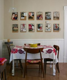 pranchetas na parede para pendurar fotos e avisos.