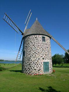 Le moulin à vent Dansereau a vraisemblablement été construit en 1822 pour Joseph Dansereau. La structure est caractéristique des moulins-tours munis d'un toit pivotant permettant d'orienter les ailes dans la direction du vent. La famille Dansereau en demeure propriétaire jusqu'en 1903, et le moulin demeure en activité jusque vers 1922. Il est situé à Verchères, en bordure du fleuve Saint-Laurent. Photo : Jean-François Rodrigue 2004 © Ministère de la Culture et des Communications
