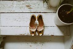 Gold metallic open toe sandals | Photography by http://www.davidjenkinsphotography.com/