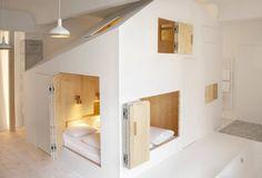 Gardenhouse, Michelberger Hotel par Sigurd Larsen- Le Journal du Design  Division de l'espace en forme de maison à l'intérieur de la chambre 304