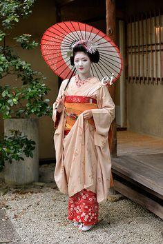Geisha Japan, Geisha Art, Traditional Japanese Kimono, Traditional Dresses, Vintage Japanese, Japanese Art, Japanese Castle, Afrique Art, Aesthetic Women