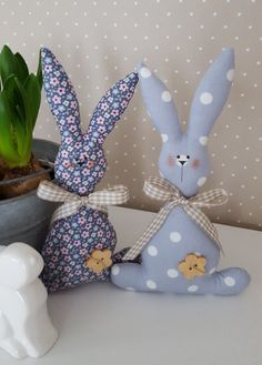 Like this duckegg & white colourSimple but sweet fabric Easter bunniesGift Ideas for Cooks [Creative and 122 Source by gabibradatsch Sewing Toys, Sewing Crafts, Sewing Projects, Easter Toys, Easter Bunny, Bunny Crafts, Easter Crafts, Diy And Crafts, Crafts For Kids