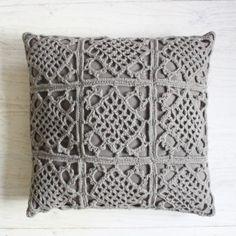 Taupe gehaakt kussen Crochet Curtain Pattern, Crochet Blanket Edging, Crochet Motif, Crochet Yarn, Crochet Patterns, Crochet Cushion Cover, Crochet Cushions, Sewing Pillows, Crochet Pillow