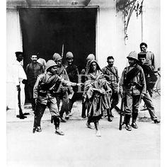 AGRESIONES A LOS ESPAÑOLES EN MARRUECOS. SOLDADOS ESPAÑOLES CONDUCIENDO A UNO DE LOS MOROS QUE PERPETRARON EL ASESINATO DE SEIS OBREROS EN LA GRANJA DE LA RUIZ ALBERT.06/1913 : Descarga y compra fotografías históricas en | abcfoto.abc.es