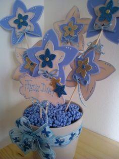 Maceta decorada con flores en goma eva azul y crudo.