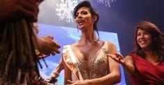 Talleen Abu Hanna reage ao ser anunciada como vencedora da primeira edição do concurso de beleza Miss Trans Israel, em Tel Aviv