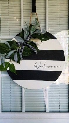 diy videos Step by step video to make this gorgeous black and white striped door hanger! Wooden Door Signs, Wooden Door Hangers, Wood Signs, Welcome Signs Front Door, Front Door Decor, Front Porch Signs, Painted Front Doors, Porte Diy, Round Door