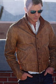Daniel Craig shows us how to wear a tan leather jacket (fitted). Rachel Weisz, Daniel Craig Style, Daniel Craig James Bond, Craig Bond, Daniel Graig, James Bond Style, Herren Style, Suit Up, Gentleman Style