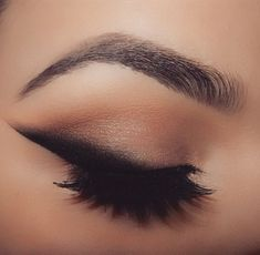 Who said Eyeliner is makeup? Here are eyeliner tips and tricks that you might want to have up your sleeves. Pretty Makeup, Love Makeup, Makeup Inspo, Makeup Inspiration, Gorgeous Makeup, Cat Eyeliner, Smokey Eye Makeup, Skin Makeup, Dramatic Eyeliner