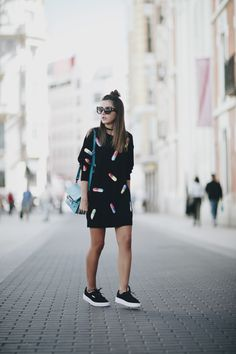 FASHION PILLS - Lovely Pepa by Alexandra. Black sweater dress with print+black sneakers+turquoise shoulder bag+black choker+sunglasses. Fall Transitional Outfit 2016