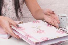 O nosso planner rosas fofas tem sido o queridinho de vocês 💖 A capa é fosca com verniz só nas rosas. O efeito é lindo! ✨😊    Vem ver: www.ateliecustom.com.br    #planner #plannerrosasfofas