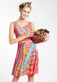 Les couleurs de l'été se déclinent dans une robe fluide et légère qu'on aime porter en toute occasion ! Save the Queen - Collection printemps / été 2017. A retrouver dans notre boutique New Capucine à Vesoul.