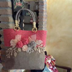 Borsa con rose Crochet Wallet, Crochet Tote, Crochet Handbags, Crochet Purses, Embroidery Bags, Silk Ribbon Embroidery, Bag Patterns To Sew, Crochet Patterns, Crochet Shoulder Bags