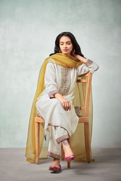New embroidery ideas indian suits 35 Ideas Indian Suits, Indian Attire, Indian Wear, Pakistani Designer Suits, Indian Designer Wear, Pakistani Outfits, Pakistani Fashion Casual, Fashion Edgy, Dress Indian Style