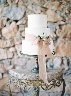 The Sweetest Spanish Wedding We've Ever Seen Purple Wedding Cakes, Wedding Cakes With Flowers, Elegant Wedding Cakes, Elegant Cakes, Wedding Cake Designs, Wedding Cake Toppers, Wedding Sweets, Flower Cakes, Gold Wedding