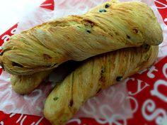 Ciabatta je výborná ještě vlažná namáčená do olivového oleje. Home Recipes, Bread Recipes, Party Buffet, Ciabatta, Croissants, Pizza Dough, Food And Drink, Lunch, Meals