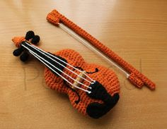 Corner PequeCol: Ladies and Amigurumi for Violin Violinist  She's made a shirt I just so love and then this. No pattern.