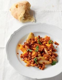 In de oven gebakken pompoen en sjalotten met merguez-kikkererwten · EVA maakt het plantaardig