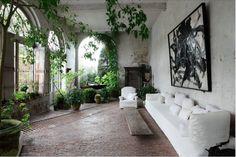 Arty chic à souhait, ce jardin d'hiver impressionne par sa taille et sa végétation luxuriante...