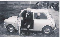 Enzo Ferrari getting out of a Mini Cooper. A little less money than a Ferrari. Mini Cooper S, Cooper Car, John Cooper, Mini Cooper Clasico, Classic Mini, Classic Cars, Mini Morris, Automobile, Cabriolet