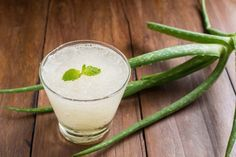 Wanna know how to make an aloe vera juice at home? This article will tell you everything about making aloe vera juice for weight loss and good skin. Aloe E Vera, Aloe Vera For Skin, Natural Detox Drinks, Natural Colon Cleanse, Healthy Detox, Healthy Drinks, Healthy Food, Purifier Foie, Bebidas Detox