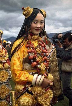 Тибетские женщины в традиционных костюмах.