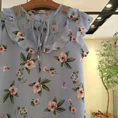 Blusa floral com renda #lailak #blusas #verao #blusa #modafeminina #modaexecutiva #modaeestilo #shop #instagood #instalike