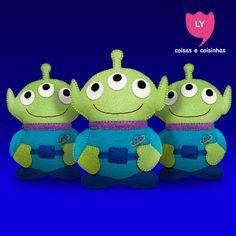"""Alien São uma turma de alienígenas de três olhos. Estes brinquedos eram prêmios idênticos em um jogo de habilidade do restaurante Pizza Planet, onde uma grande garra se entende e escolhe um desses alienígenas e, o escolhido """"vai para um lugar melhor"""". (wikipedia) #buzzlightyear #toystory #alien #littlegreenmen #cute #lycoisasecoisinhas"""