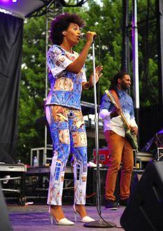 Solange Knowles in een look van Clover Canyon en sling-backs van Alexander Wang tijdens een optreden in Chicago.