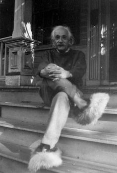 Not an antique per say but it is Einstein in fuzzy slippers like I used to have. Einstein sitting on the front steps of his home in Princeton, wearing his fuzzy slippers. Photo courtesy of Gillett Griffin Rare Photos, Old Photos, Silly Photos, Funny Pictures, Random Pictures, Rare Pictures, Amazing Pictures, Albert Einstein Pictures, Einstein Quotes