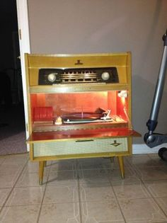Nordmende stereo from mid-century. My Dad had a Nordmende, a little more staid and conservative but still beautifully designed. Mid Century Modern Decor, Mid Century Modern Furniture, Mid Century Design, Vintage Tv, Vintage Records, Vintage Stereo Console, Radios, Radio Antigua, Vintage Appliances