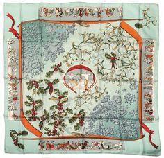 HERMES. Carré en soie Neiges d'antan, fond bleu, dessin de Caty Latham. Discrètes