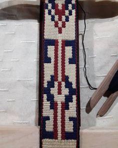 Lonja para cinturon #telar aborigen, técnica pampa, en hilo macrame . #tierramadretejidosentelar #telaraborigen #loomweaving #tradiciones… Inkle Weaving, Elsa, Cool Stuff, Creative, Woven Blankets, Weaving Looms, Jelsa