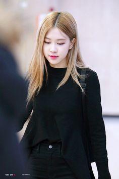 Kim Jennie, Kpop Girl Groups, Kpop Girls, Divas, Rose And Rosie, Rose Park, 1 Rose, Kim Jisoo, Blackpink Fashion