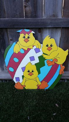 Easter Chicks Yard Art by AJsWoodshop on Etsy Easter Chicks Yard Art von AJsWoodshop auf Etsy Wood Yard Art, Wood Craft Patterns, Yard Ornaments, Diy Spring Wreath, Easter Holidays, Easter Wreaths, Easter Crafts, Etsy, Creative